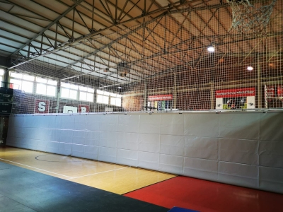 Dividing curtain for sports spaces