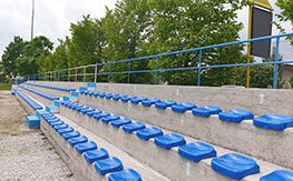 Installation of monobloc bodies for a sports field