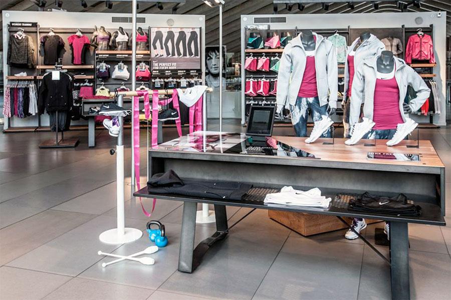 Artisport allestimento vetrina arredamento negozio for Negozi arredamento pesaro